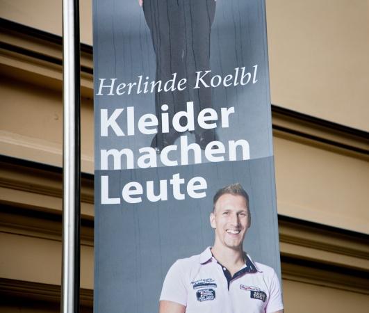 Fahne zur Herlinde Koelbl Ausstellung in Schwerin